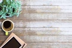 Тетрадь чистого листа бумаги таблицы стола офиса с карандашем и чашкой c Стоковые Фотографии RF