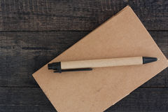 Тетрадь, Notepaper, на деревянной предпосылке, селективный фокус Стоковые Изображения RF