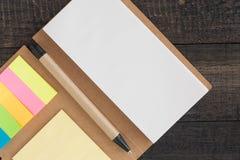 Тетрадь, Notepaper, на деревянной предпосылке, селективный фокус Стоковое фото RF