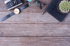 Тетради, стекла, вахты и камеры взгляд сверху На деревянном ба Стоковая Фотография RF