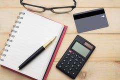 Тетрадь взгляд сверху пустые, калькулятор, ручка, стекла и cardit ca Стоковое фото RF