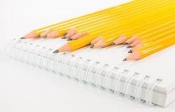 Тетрадь и желтый карандаш Стоковые Изображения