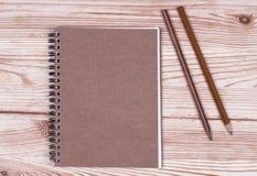Тетрадь и карандаш на деревянных досках Стоковая Фотография