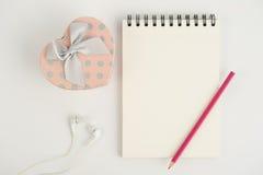Тетрадь и карандаш подарочной коробки сердца на белой предпосылке Стоковое фото RF