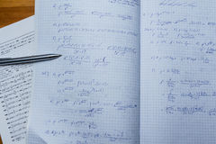Тетрадь и книга с математически уровнениями и функциями Стоковые Фото