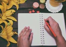 Тетрадь и 2 руки человека Стоковые Фотографии RF