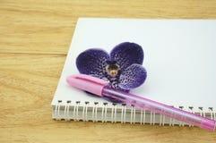 Тетрадь и ручка Стоковое фото RF