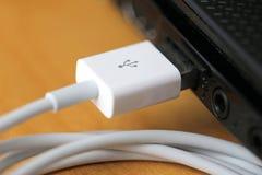 Тетрадь кабеля USB и USB порта Стоковое Изображение