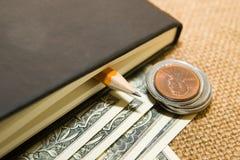 Тетрадь, карандаш и деньги на старой ткани Стоковое Фото