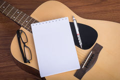 Тетрадь, карандаш и eyeglasses гитары Стоковое Изображение RF