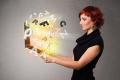 Тетрадь молодой дамы hoolding с цветастыми абстрактными письмами Стоковое Изображение RF
