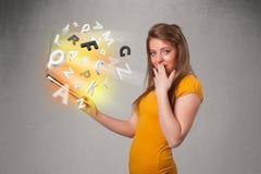 Тетрадь молодой дамы hoolding с цветастыми абстрактными письмами Стоковые Фотографии RF
