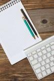 Тетрадь на весне, винтажной клавиатуре карандаша, ручки и компьютера Стоковое Изображение RF