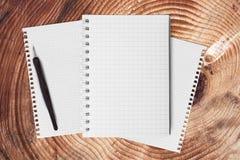 Тетрадь на деревянной таблице для текста и предпосылки Стоковое фото RF