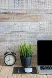 Тетрадь на деревянном в доме, деле модель-макета Стоковые Изображения