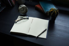 Тетрадь на столе, пустой космос на тетради для текста Enter стоковая фотография rf