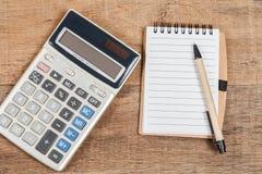 Тетрадь показывая пустые страницу и калькулятор Стоковые Изображения RF