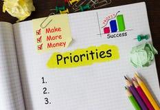 Тетрадь с инструментами и примечаниями о приоритетах Стоковые Изображения