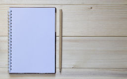 Тетрадь с карандашем и умный на деревянной предпосылке Стоковые Фотографии RF