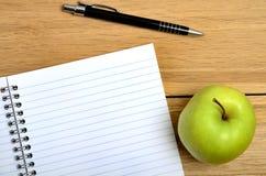 Тетрадь с плодоовощ и ручкой яблока Стоковые Изображения