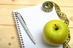 Тетрадь с плодоовощ ручки и яблока Стоковые Изображения RF