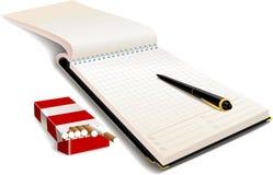 Тетрадь с ручкой и пакет сигарет Стоковые Фото
