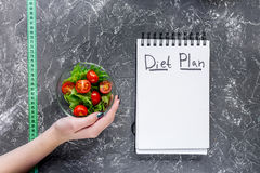 Тетрадь для плана диеты, салата и измеряя ленты на серой каменной насмешке взгляда столешницы вверх Стоковая Фотография RF