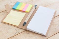 Тетрадь, Notepaper, на деревянной предпосылке, селективной Стоковые Фото