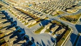 Техас расширяет больше и больше дома построен в современных общинах района на мертвом конце Cul De Sac Стоковое фото RF