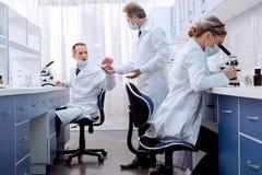 Техники лаборатории работая в лаборатории Стоковая Фотография RF