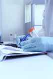 Техник лаборатории пишет результаты теста от лаборатории Стоковые Изображения RF