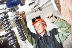Техник водопроводчика работает с водяной помпой стоковая фотография rf
