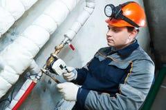 Техник водопроводчика работает с счетчиком воды стоковые фотографии rf