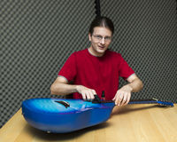 Техник гитары на работе стоковое фото