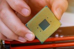 Техник инженера затыкает внутри микропроцессор C.P.U. компьютера к гнезду материнской платы обслуживание и repa индустрии предпос стоковые фото