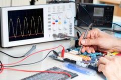 Техник испытывает радиотехническую аппаратуру Стоковые Фотографии RF