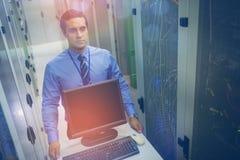 Техник идя с персональным компьютером в прихожей Стоковое Изображение RF
