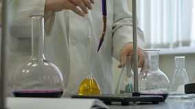 Техник лаборатории делая эксперимент в лаборатории Мужской медицинский или научный исследователь лаборатории выполняет испытания  Стоковое Изображение