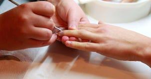 Техник ногтя давая клиенту маникюр видеоматериал