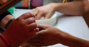 Техник ногтя давая клиенту маникюр сток-видео