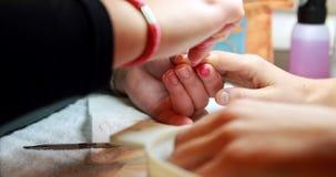 Техник ногтя давая клиенту маникюр акции видеоматериалы