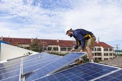 Техник панели солнечных батарей Стоковая Фотография