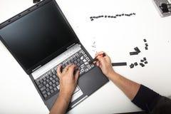Техник поднимая помечать буквами с ключей Стоковые Изображения