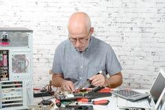 Техник ремонтируя компьютерное оборудование стоковая фотография rf