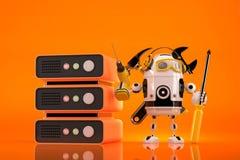 Техник робота делая обслуживание на сервере Содержит путь клиппирования стоковое изображение rf