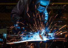 Техник сварщика в фабрике стоковое изображение
