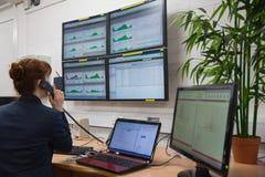 Техник сидя в диагностиках офиса идущих Стоковая Фотография