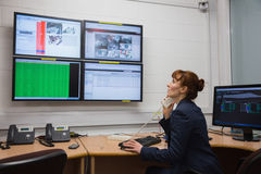 Техник сидя в диагностиках офиса идущих Стоковое Изображение