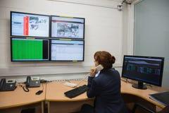 Техник сидя в диагностиках офиса идущих Стоковая Фотография RF