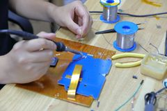 Техник скрепляя 2 провода с соединением припоя стоковое изображение rf